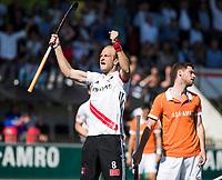 AMSTELVEEN  - Hockey -  1e wedstrijd halve finale Play Offs dames.  Amsterdam-Bloemendaal (5-5), Bl'daal wint na shoot outs.  Billy Bakker (A'dam) scoort. rechts Sander 't Hart (Bldaal)   COPYRIGHT KOEN SUYK