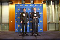 20 JAN 2003, BERLIN/GERMANY:<br /> Gerhard Schroeder (L), SPD, Bundeskanzler, Dieter Hundt (R), Praesident Bundesvereinigung der Deutschen Arbeitgeberverbaende, BDA, waehrend einer Pressekonferenz nach einer Sitzung von Kanzler und  BDA-Praesidium, Haus der Wirtschaft<br /> IMAGE: 20030102-02-015<br /> KEYWORDS: Präsident, Gerhard Schröder,