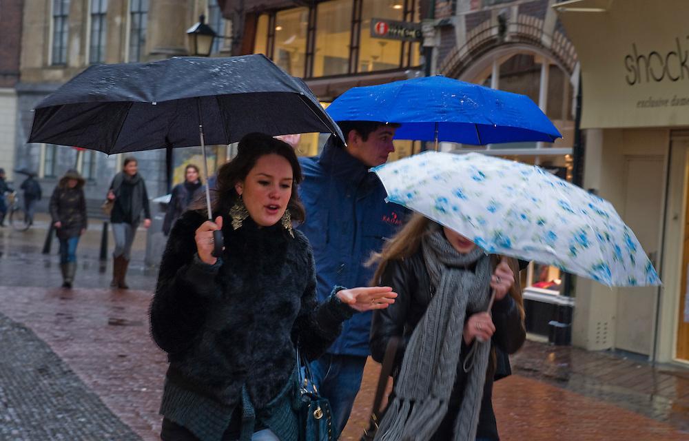 Nederland, Utrecht, 2 feb 2010.Mensen in de regen. .Foto (c) Michiel Wijnbergh..