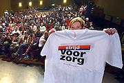 Nederland, Oss, 29-1-2015Medewerkers van thuiszorgorganisatie Pantein en Thebe worden in theater de Lievekamp in afwachting te worden bijgepraat door de onderhandelaar van FNV, AbvaKabo, Ruud Kruin.FOTO: FLIP FRANSSEN/ HOLLANDSE HOOGTE