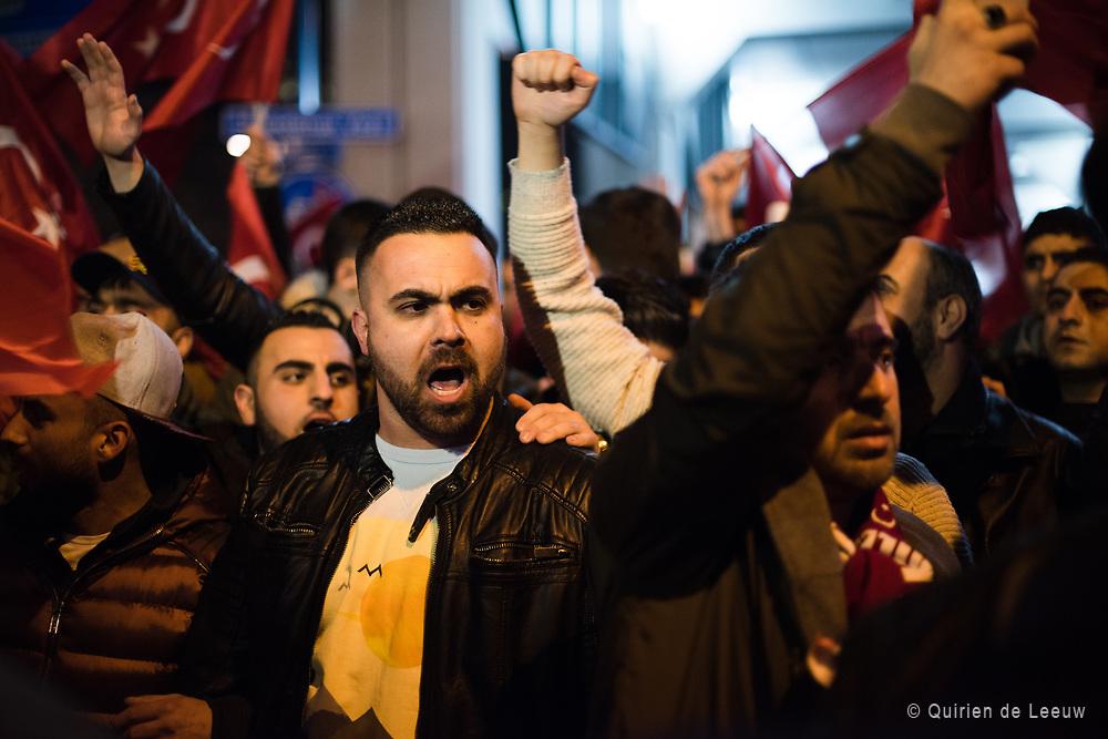 Protesten van Turkse Nederlanders bij het Turkse consulaat in Rotterdam op 11 maart 2017. Politieke onrust tussen Nederland en Turkije naar aanleiding van de uitzetting van een Turkse minister uit Nederland.