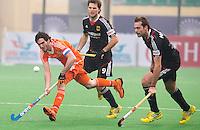 NEW DELHI -  Robert van der Horst passeert de Duitsers Tobias Matania en Oskar Deecke (M) tijdens de kwart finale van  de finaleronde van de Hockey World League tussen de mannen van Nederland en Duitsland . ANP KOEN SUYK