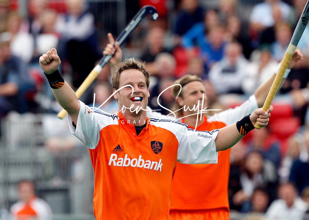 Vreugde bij Oranje nadat Taekema de stand op 5-2 heeft gebracht. Taeke Taekema (l) scoorde zes keer, Roderick Weusthof (r) een keer.