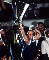 Fotball<br /> England historie<br /> Foto: Colorsport/Digitalsport<br /> NORWAY ONLY<br /> <br /> Mick Mills (Ipswich Captain) lifts the trophy. AZ Alkmaar v Ipswich Town. 1980/81.UEFA Cup Final 2nd leg. 20/5/1981