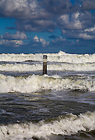 VLIELAND - Afstandspaal in zee, Noordzeestrand van Vlieland.ANP COPYRIGHT KOEN SUYK