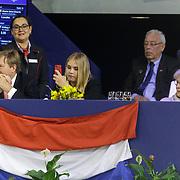 NLD/Amsterdam/20190125- Jumping Amsterdam 2019, dag 3, Willem-Alexnader en dochter Amalia filmend met haar telefoon