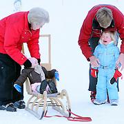 AUT/Lech/20080210 - Fotosessie Nederlandse Koninklijke familie in lech Oostenrijk, Koninging Beatrix, prins Willem-Alexander met prinses Alexia