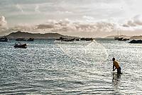 Homem jogando tarrafa na Praia de Ponta das Canas. Florianópolis, Santa Catarina, Brazil. / <br /> Man throwing a fishing net at Ponta das Canas Beach. Florianopolis, Santa Catarina, Brazil.