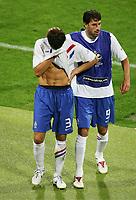 v.r. Ruud van Nistelrooy troestet Khalid Boulahrouz nach Gelb Rote Karte rødt kort<br /> Fussball WM 2006 Achtelfinale Portugal - Niederlande<br />  Portugal - Nederland<br /> Norway only