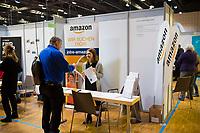 DEU, Deutschland, Germany, Berlin,20.02.2018: Stand von Amazon auf der Jobbörse für geflüchtete Menschen im Hotel Estrel in Neukölln. Arbeitssuchende Geflüchtete haben sich angemeldet, um sich bei ausstellenden Arbeitgebern und Bildungsinitiativen über Berufsbilder und Ausbildungen zu informieren.