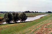 Nederland, Betuwe, 1-10-2003Deel van het gebied tussen de Waal, Oosterhout, Slijk-Ewijk en de Betuwelijn, A73 waar het KAN, gemeente Nijmegen en de gemeente Over-betuwe het MTC( Multi modaal transportcentrum ) gepland hebben. De plaatselijke bevolking en Milieudefensie proberen dit grote project te verhinderen, mede op grond van onduidelijke en onjuiste besluitvorming. Tussen 1996 en 2004 speelde de kwestie die door milieugroeperingen tot aan de raad van state is tegengegaan. Uitendelijk werd het project in 2004 afgeblazen .Foto: Flip Franssen
