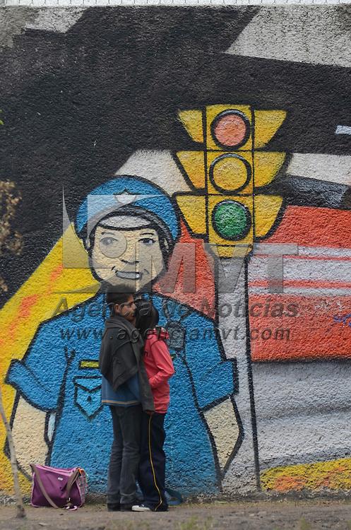 Toluca, México (Abril 27, 2016).- Entre jugueteos y besos, una pareja de enamorados adolescentes pasa un poco de su tiempo libre en el jardín Zaragoza de la capital Mexiquense. Agencia MVT / Arturo Hernández.