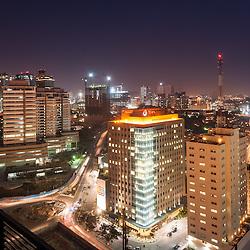 A baixa da cidade de Luanda ao cair da noite. Em destaque os prédios da Total E&P Angola, TTA1 e TT2. Eixo Viário de Luanda. Angola