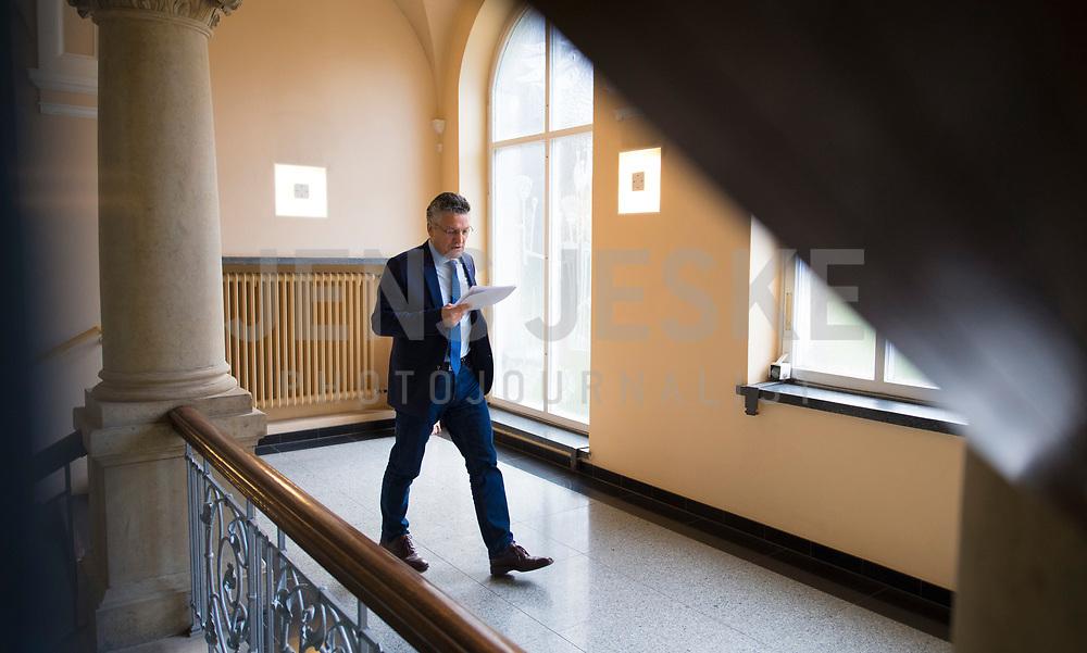 DEU, Deutschland, Germany, Berlin, 05.05.2020: Prof. Dr. Lothar H. Wieler, Präsident Robert Koch-Institut (RKI), mit seinen Unterlagen nach einem Pressebriefing zum aktuellen Stand der Verbreitung des Coronavirus in Deutschland, Robert-Koch-Institut.