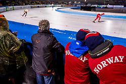 09-03-2018 NED: WK Schaatsen Allround, Amsterdam<br /> support publiek, in regencapes kijken naar het WK schaatsen op de Coolste Baan