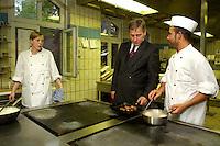 14 JUL 2004, BERLIN-SPANDAU/GERMANY:<br /> Wolfgang Clement, SPD, Bundeswirtschaftsminister, besucht da Evangelische Johannesstift, um im Rahmen seiner Ausbildungstour um fuer zusaetzliche Ausbildungsplaetze zu werben - hier in der Kueche, mit einem Ex-Auszubildenden, einem Koch, und einer Auszubildenden, Ausbildungsoffensive 2004 der Initiative TeamArbeit fuer Deutschland<br /> IMAGE: 20040714-01-064<br /> KEYWORDS: Ausbildungsplätze, Ausbildung, Ausbildungsplatz,
