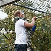 NL/Amersfoort/20200813 -  Bilal Wahib schept tijgerpoep in de  dierentuin, Ivo van Breukelen hangt het eten voor de tijger op