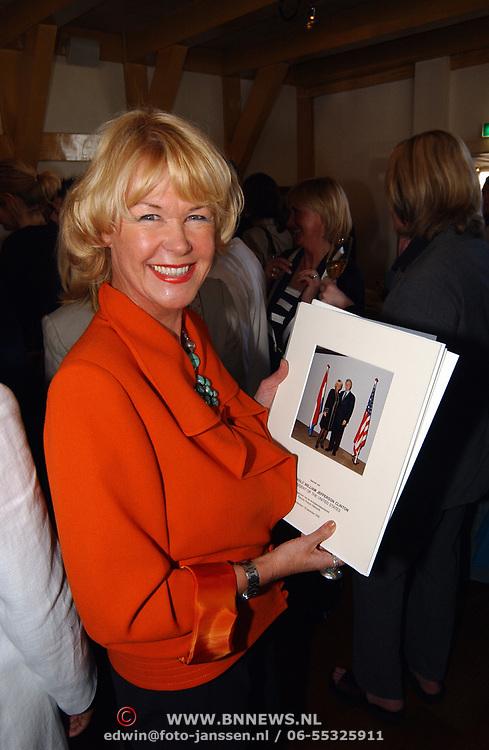 Modeshow Sheila de Vries, Sheila de Vries met foto Bill Clinton