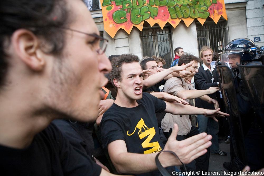 """16102007. Expulsion par la Police du squat """"Cité U Montparnasse"""", ouvert par les collectifs MACAQ et Jeudi noir, situé dans un immeuble vide de 2500 m2 appartenant à l'assureur """"militant"""" la MAIF au 85 boulevard du Montparnasse. L'immeuble était occupé depuis 5 jours. Une trentaine d'étudiant y vivait."""