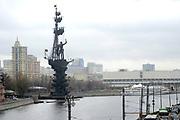 Moskou is de hoofdstad en met afstand de grootste stad van Rusland, voorheen van de Sovjet-Unie./// Moscow is the capital and by far the largest city of Russia, formerly the Soviet Union.<br /> <br /> Op de foto / On the photo: De rivier de Moskva / The Moskva River with the Peter the Great Monument