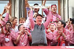09.05.2010, Marienplatz, Muenchen, GER, 1. FBL, Meisterfeier der Bayern , im Bild Louis van Gaal (Cheftrainer FC Bayern)  mit der Meisterschale , EXPA Pictures © 2010, PhotoCredit: EXPA/ nph/  Straubmeier / SPORTIDA PHOTO AGENCY