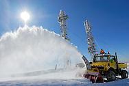 Montagne de l'Aigoual. La DDE ouvre la route pour permettre l'accès à l'observatoire aux météorologistes.