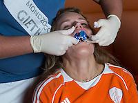 ZWOLLE - Carlien Dirkse vd Heuvel.  Bitje happen voor de vrouwen van het Nederlands hockeyteam, Het aanmeten van een mondbeschermer. in aanloop van de Champions Trophy in Mendoza (Argentinie).  COPYRIGHT KOEN SUYK