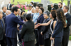 Der japanische Ministerpräsident Shinzo Abe gedenkt der Opfer des Angriffs auf Pearl-Habour von 1941 / 271216 *** Japanese Prime Minister Shinzo Abe meets with people of Japanese descent in Hawaii after paying his respects on Dec. 26, 2016, at a Honolulu cemetery for Japanese who died in Hawaii. Abe is in Hawaii for a visit to Pearl Harbor -- the site of the Japanese surprise attack in 1941 that drew the United States into World War II -- and a final summit with U.S. President Barack_Obama.