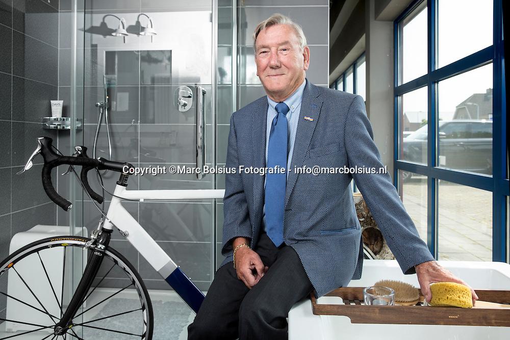 Nederland,  Kruijstraat,eigenaar en sponsor van de wielerploeg in zijn groothandel van sanitair.