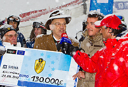 21.01.2012, Hahnenkamm, Kitzbuehel, AUT, FIS Weltcup Ski Alpin, 72. Hahnenkammrennen, Charity race, im Bild v.l.: Formel 1-Zampano Bernie Ecclestone (GBR), Grundbesitzer Dr. Klaus Reisch (AUT), Immobilien-Tycoon René Benco (AUT) und Ö3 Micro-Mann Tom Walek bei der Scheckübergabe  // during Charity race of 72th Hahnenkammrace of FIS Ski Alpine World Cup at 'Charity' course in Kitzbuhel, Austria on 2012/01/21. EXPA Pictures © 2012, PhotoCredit: EXPA/ Markus Casna