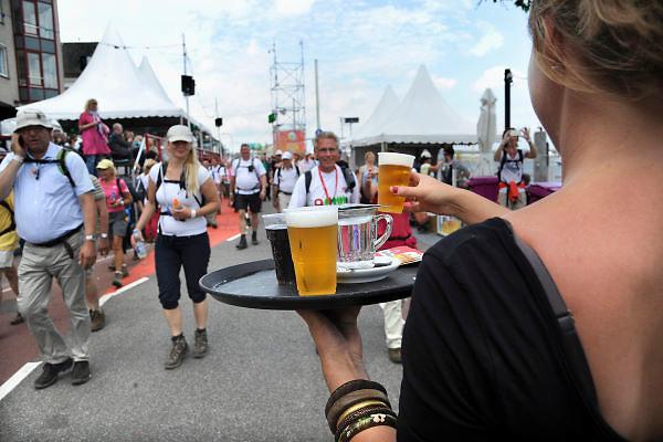 Nederland, Nijmegen, 18-7-2012Deelnemers aan de 4daagse, vierdaagse,  lopen op de tweede dag, de dag van Wijchen, over de voerweg naar de finish op de wedren. Het laatste stuk van het parcours loopt over de Waalkade en door de stad, de Hertogstraat,  waar ook de zomerfeesten plaatsvinden. Traditioneel de roze woensdag.The International Four Day Marches Nijmegen (or Vierdaagse) is the largest marching event in the world. It is organized every year in Nijmegen mid-July as a means of promoting sport and exercise. Participants walk 30, 40 or 50 kilometers daily, and on completion, receive a royally approved medal, Vierdaagsekruisje. The maximum number is 45,000 .Foto: Flip Franssen/Hollandse Hoogte