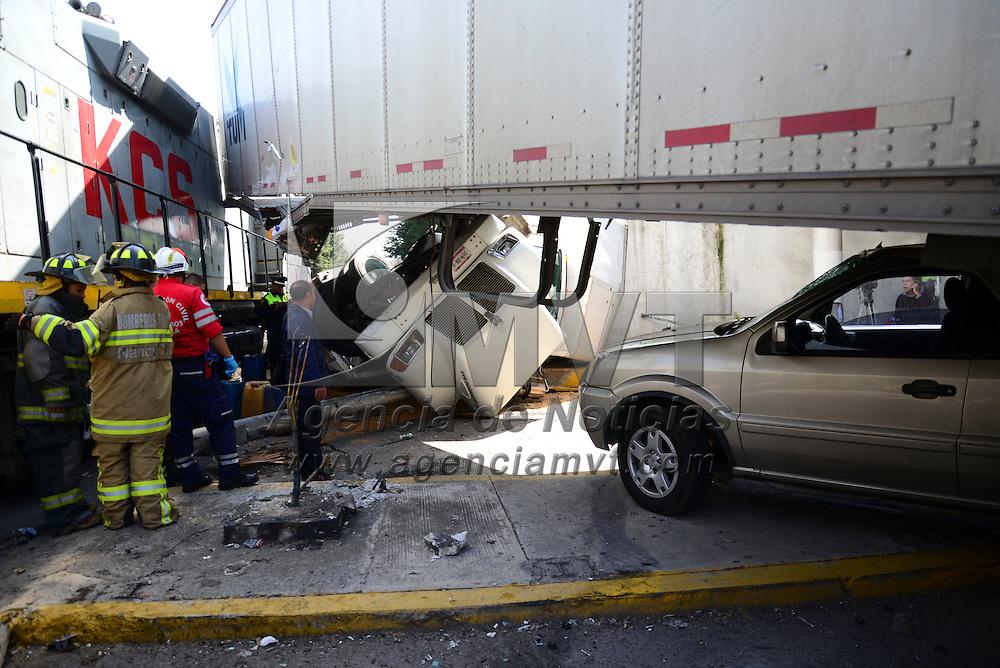Toluca, Méx.- Una máquina de ferrocarril arrolló un par de tráilers que intentaron ganarle el paso en el cruce de Paseo  Tollocan y Comonfort, solo una persona resulto lesionada, personal de Cruz Roja, Bomberos de Toluca y policías estatales acudieron al lugar. Agencia MVT / Crisanta Espinosa