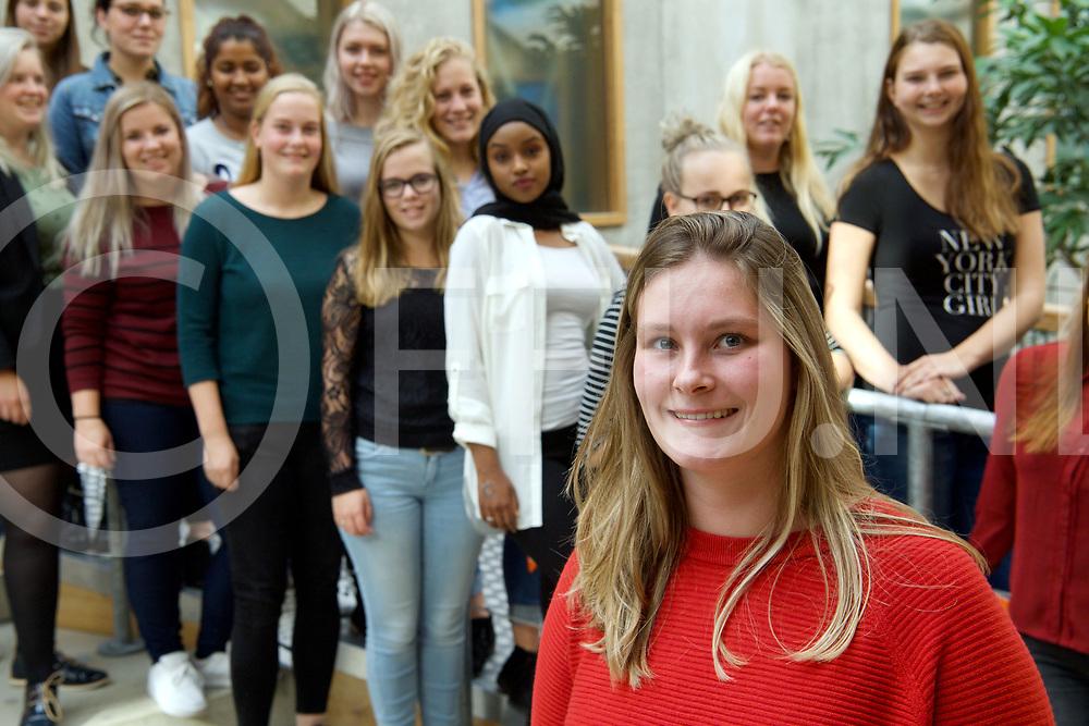 HARDENBERG - Ouderendag.<br /> Leerlingen van het Alfa college met Daphne Westerman voorop.<br /> FFU PRESS AGENCY COPYRIGHT FRANK UIJLENBROEK