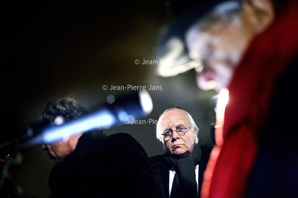 Nederland, Amsterdam , 23 januari 2010..Woensdag 27 januari 2010 is het 65 jaar geleden dat Auschwitz werd bevrijd. Vanaf zaterdagavond 23 januari 21.00 uur tot woensdagavond worden in totaal 102.000 namen opgenoemd van Joden, Sinti en Roma, die in vernietigingskampen zijn omgekomen. De namen worden 112 uur lang continu, dag en nacht, voorgelezen: zoals in doorgangskamp Westerbork, in het Spoorwegmuseum in Utrecht en op station Amsterdam-Muiderpoort: waar slachtoffers op transport naar Westerbork gingen..Sobibor-overlevende Jules Schelvis begint op Amsterdam-Muiderpoort om 18.30 uur met het voorlezen van de eerste namen van de slachtoffers. Tussen 3 oktober 1942 en 26 mei 1944 werden vanaf dit station ruim 11.000 Joden naar Westerbork vervoerd, onder wie Schelvis. De lezers reizen zaterdagavond met verschillende bussen vanuit Amsterdam, Alkmaar, Rotterdam, Middelburg en Maastricht naar Herinneringscentrum Kamp Westerbork, initiatiefnemer van de actie, samen met het Nederlands Auschwitz Comité. In de bus leest iedereen tien minuten namen van slachtoffers op..Op de foto zien we Sobibor overlevende Jules Schelvis de namen opnoemen van de slachtoffers van de concentratiekamp Auschwitz.Op de achtergrond acteur Bram van der Vlugt...Foto:Jean-Pierre Jans