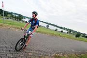 Een koerier komt slippend aan bij een checkpoint. In Nieuwegein wordt het NK Fietskoerieren gehouden. Fietskoeriers uit Nederland strijden om de titel door op een parcours het snelst zoveel mogelijk stempels te halen en lading weg te brengen. Daarbij moeten ze een slimme route kiezen.<br /> <br /> A messenger arrives at a checkpoint. In Nieuwegein bike messengers battle for the Open Dutch Bicycle Messenger Championship.