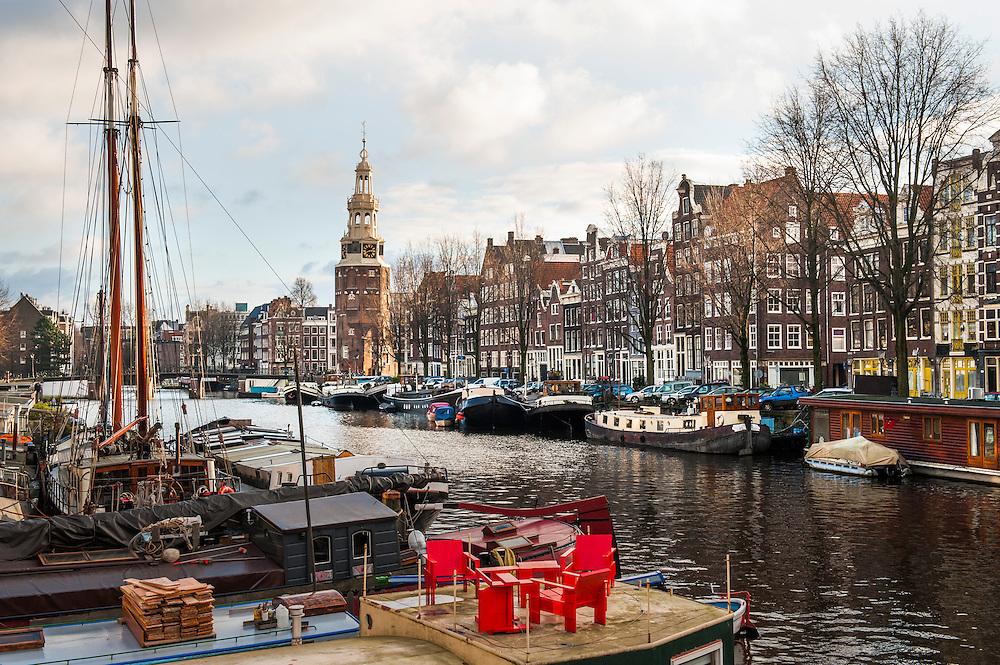 Nederland, Amsterdam, 10 jan 2013.Oude Waal, gracht in Amsterdam, met de Montelbaanstoren, een van de torens van amsterdam.De grachten van Amsterdam bestaan dit jaar 400 jaar..Foto(c): Michiel Wijnbergh