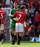 Fotball<br /> Foto: Fotosport/Digitalsport<br /> NORWAY ONLY<br /> <br /> Michael Owen consoles Manchester City's Shay Given after the final whistle<br /> Manchester United 2009/10<br /> Manchester United V Manchester City (4-3) 20/09/09<br /> The Premier League