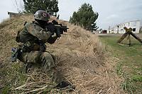 """03 APR 2012, LEHNIN/GERMANY:<br /> Kampfschwimmer der Bundeswehr trainieren """"an Land"""" infanteristische Kampf, hier Haeuserkampf- und Geiselbefreiungsszenarien auf einem Truppenuebungsplatz<br /> IMAGE: 20120403-01-051<br /> KEYWORDS: Marine, Bundesmarine, Soldat, Soldaten, Armee, Streitkraefte, Spezialkraefte, Spezialkräfte, Kommandoeinsatz, Übung, Uebung, Training, Spezialisierten Einsatzkraeften Marine, Waffentaucher"""