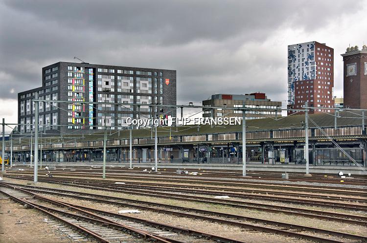 Nederland, Nijmegen, 17-3-2019Het centraal station van de stad met daarachter de woontorens van de SSHN en Talis en kantoorgebouw metterswane . Op het rangeerterrein staan enkele sprinter treinstellen sommigen met graffiti . Het station gaat binnenkort gemoderniseerd worden.Foto: Flip Franssen