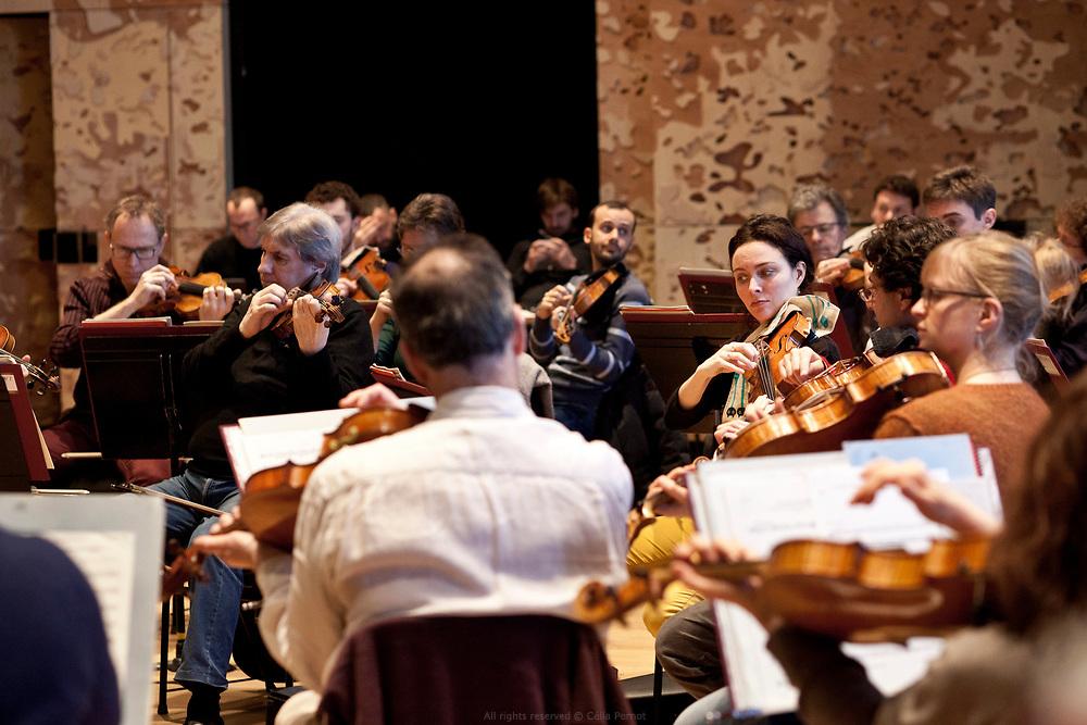Formation musicale de quarante-trois musiciens en résidence à la Philharmonie menée par le chef d'orchestre Douglas Boyd. Au programme de la répétition du jour, des airs signés Rossini et Mozart.
