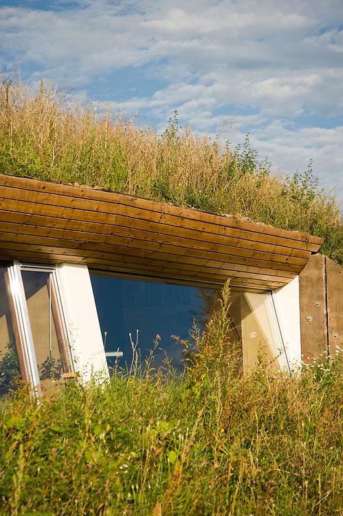 Nederland, Culemborg, 1 sept 2009.Duurzame woonwijk EVA Lanxmeer. Woonwijk met zeer energie-zuinige woningen.  Heel goede isolatie, zonnepanelen voor electriciteit en warm water, maar ook innovatieve huizen, bijvoorbeeld onder een kas of met een grasdak..Foto (c) Michiel Wijnbergh