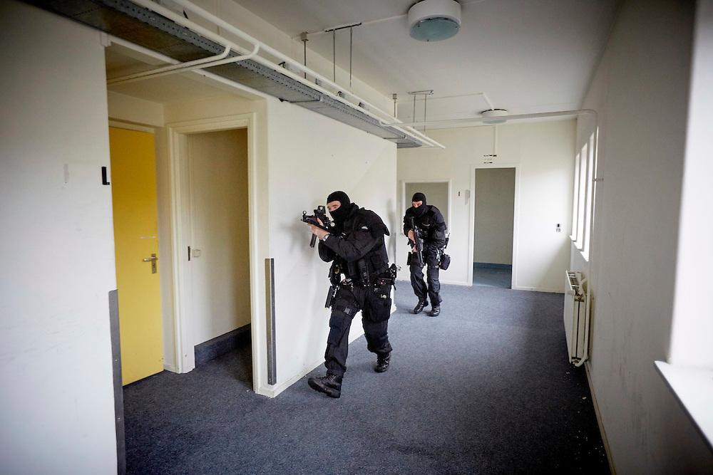 Deventer, 16 november 2015.<br /> In een voormalig ziekenhuis oefent de Koninklijke Marechaussee, oefenscenario's van de bijstandseenheid op gebied van Amok.<br /> Foto : vuurwapenconceptmodel met HK-MP5 en EOTech.