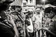 Pilgrimer på väg till Sabarimala, Kerala, India. Barnen får ett band runt handleden med anhörigas mobilnummer utifall de skulle komma ifrån varandra.<br /> <br /> Sabarimala pilgrims, Kerala, India. The children gets a band around their wrists with the cell phone number to a relative in case they get lost from each other.<br /> <br /> Copyright 2016 Christina Sjögren, All Rights Reserved