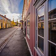 www.aziznasutiphotography.com                                          Bakklandet i Trondheim er bebyggelsen langs østsida av Nidelva mellom Bakke bru og Vollafallet. Området sør for Gamle Bybro kalles Øvre Bakklandet, mens områdene nord for brua kalles Nedre Bakklandet.<br /> <br /> Bakklandet var Trondheims første forstad, og den første bebyggelsen på Bakklandet kom midt på 1600-tallet. Under beleiringa i 1658 brente svenske tropper ned bebyggelsen, og under Armfeldts felttog i Trøndelag i 1718 ble Bakklandet påtent igjen; denne gang av norske styrker som et ledd i forsvaret av byen.