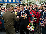 Moskau/Russische Foederation, RUS, 09.05.2008: Russischer Veteran des Zweiten Weltkriegs dekoriert mit Orden und in Uniform tanzt umringt von Zuschauern am Tag der grossen Siegesparade im Zentrum der russischen Hauptstadt Moskau.  <br /> <br /> Moscow/Russian Federation, RUS, 09.05.2008: Russian World War II veteran decorated with medals dancing infront of a crowd of viewers during the day of the Victory Parade in the center of the Russian capital Moscow.