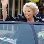 NLD/Loosdrecht/20120623 - Koningin Beatrix bezoekt vlootschouw nij het 100 jarig bestaan van watersportvereniging WNL  , Koningin Beatrix neemt afscheid
