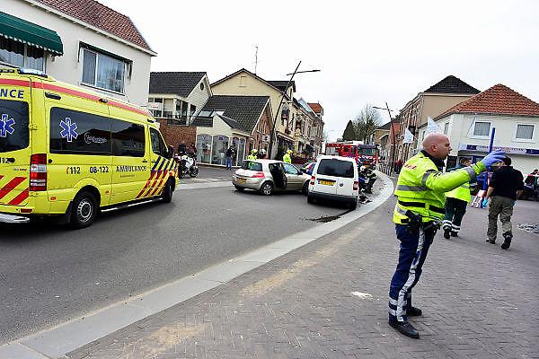 Nederland, Groesbeek, 27-2-2014Een stuurloze vrachtwagen is na een dodemansrit het VVV kantoor in het gemeentehuis naar binnengereden, dwars door de pui, gevel. De aanwezige medewerkster kwam met de schrik vrij maar onderweg vielen zes gewonden in auto's die de truck aanreed. Voor een stoplicht op een heelende weg blokkeerde de remmen van de aanhanger. De chauffeur is uitgestapt om deze handmatig los te krijgen en had de trekker niet op de handrem staan. Hierdoor reed de wagen zelfstandig de weg omlaag en eindigde in de VVV.Foto: Flip FRanssen/ Hollandse Hoogtel