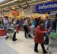 """21.12.2013 Bialystok W kazdy weekend bialostockie centra handlowe przezywaja """" najzad """" klientow z Bialorusi, najwiecej z oddalonego o 80 km Grodna. Bialorusini kupuja glownie elektronike oraz artykuly zywnosciowe, duzo tansze niz w bialoruskich sklepach N/z punkt zwrotu podatku VAT w Media Markt fot Michal Kosc / AGENCJA WSCHOD"""