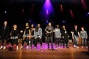 Guus Meeuwis lanceert nieuwe War Child schoolmusical in Carre Amsterdam.<br /> <br /> Op de foto:  Guus Meeuwis treedt op met kinderen van jeugdtheaterschool Zuidoost