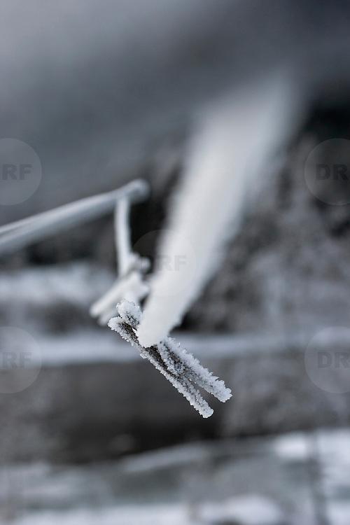 Noorwegen Gol 27 december 2008 20081227 Foto: David Rozing .Wintertafereel, stilleven van aangevroren knijpers aan waslijn door strenge vrieskou.Wintertime, stills of frozen clips on clotheslines .Foto: David Rozing